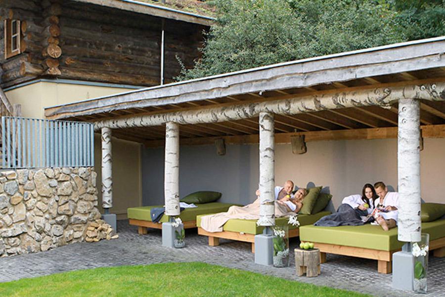 sauna-aussenbereich-relaxbetten